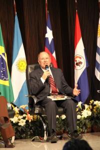 Pastor Edson Rosa no momento do lançamento da revista, durante Encontro de Comunicação.