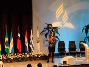 Martha Gabriel falando aos participantes do evento