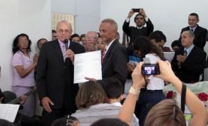Diretor do novo grupo ganha a placa de inauguração das mãos do pastor Paulo Korkischko, secretário da AP.