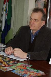 Secretário da educação, Eleandro Lizot recebendo material de apoio da campanha Quebrando o Silêncio
