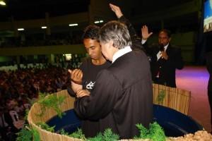 Pastor Luís ora por presidiário que encontrou mensagem em meio a tantas barreiras