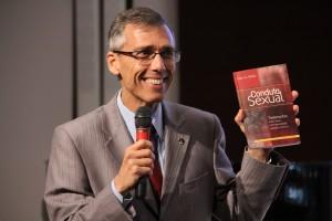 """Adventistas e amigos da Igreja são convidados a ler o livro """"Conduta Sexual"""", de Ellen G. White."""