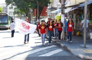 Calebes andam pelas ruas de Campinas. Outras 64 cidades do território paulista receberam os jovens voluntários (foto: Caroline Biazotto)