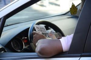 Motorista lê folheto entregue por um calebe (foto: Caroline Biazotto)