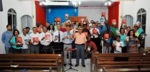 Grupo de evangelistas com material de treinamento