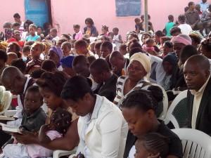 auditório lotado para ouvir mensagens de esperança.  Demonstrações de fé dos angolanos emocionaram os pastores adventistas