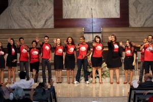 Voluntários com a camisa da Missão Calebe durante o culto que celebrou iniciativa dos universitários (foto: Murilo Bernardo)