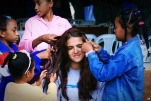 Crianças quilombolas brincam com voluntária. Grupo tinha o intuito de aprender com a comunidade local
