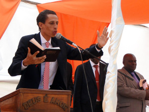Valmiro pregando na África