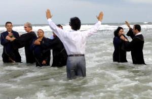 Momento do batismo de Jussara (direita)