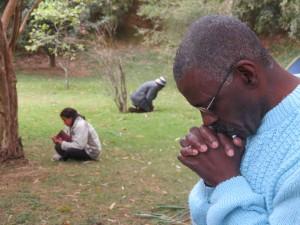 Os participantes tiveram momentos de oração em duplas e individuais.