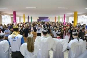 Participantes são coroados, simbolizando a entrega a Jesus