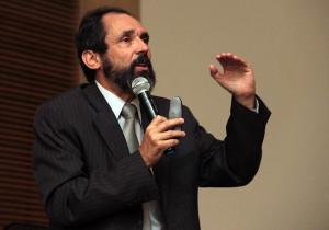 Dr. Nahor Neves em palestra na Vila Yara