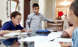 Thiago (em pé) e seus amigos na classe bíblica em sua casa