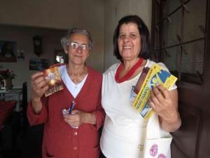 """No sábado, 8, mulheres distribuíram o DVD """"O Grande Conflito"""" e panfletos divulgando o canal da TV Novo Tempo em Araxá, Minas Gerais."""