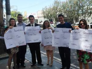 Grupo ora com estudantes antes da prova do Enem, em Vitória