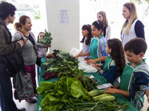 Alunos-vendem-hortalicas-e-legumes-para-ajudar-pessoas-carentes-no-Natal2