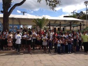 Segundo o organizador, além de receberem os kits com alegria, alguns moradores aceitaram estudar a Bíblia.