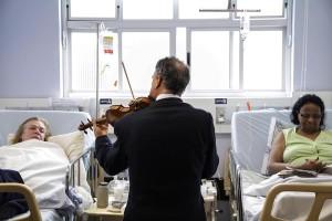Violinista-adventista-toca-para-doentes-em-hospitais-de-Curitiba