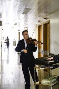 Violinista-adventista-toca-para-doentes-em-hospitais-de-Curitiba2