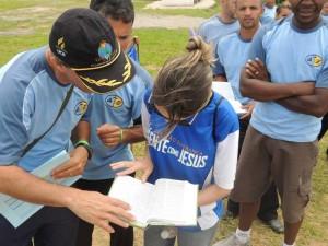 Jovens lendo a Bíblia no Campori