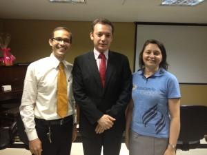 À esquerda, pr. Ferreira, novo líder jovem, ao centro, pr. Sá, atual presidente da AMS, e Edjânia, responsável pelo MM, MC, MA e Afam.