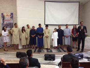 Pastor Valmiro e batizandos