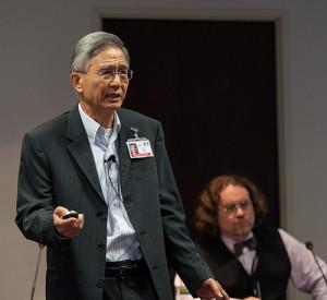 Secretário mundial adventista, G.T.Ng. tendo ao fundo Dr. David Trim, responsável pelas estatísticas da sede mundial adventista