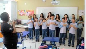 Alunos do Colégio de Diadema na aula de Libras