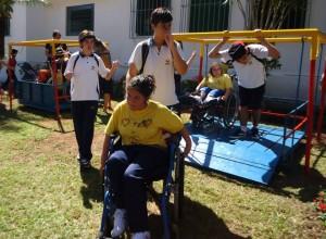 Estudantes interagem com crianças do Educandário. Brinquedos adaptados estão ao fundo