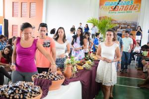 Enquanto o grupo Vocal Livre cantava (ao fundo) os jovens participavam da Santa Ceia
