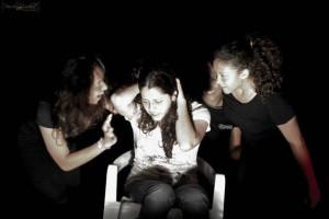 Jovens encenam o conflito entre o bem e o mal