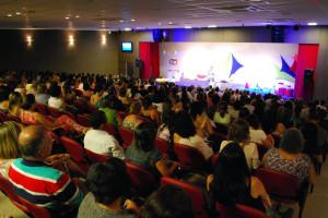 Mais de 300 pais reunidos para ouvirem os conselhos de Cris Poli
