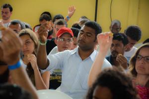 Segurando o pão da Santa Ceia em forma de coração participantes renovam compromisso com Deus