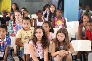 Crianças atentas na Escola Cristã de Férias, em Juiz de Fora.