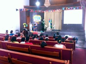 Crianças participando da Escola Cristã de Férias