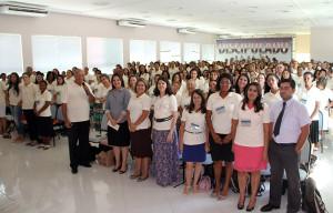 Grupo de secretários reunidos no auditório do centro de treinamento