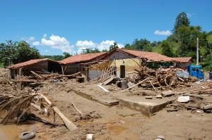 Uma semana após a tragégia, ainda há muito barro e restos de árvores espalhados pela cidade