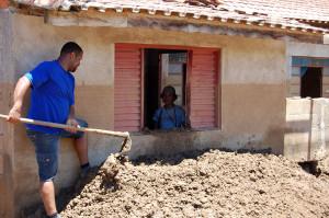 grupo de adventistas de cidades próximas retiram barro de dentro das casas