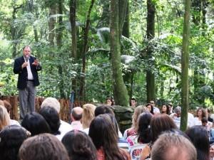 Em meio a natureza, o diretor geral do campus, Helio Carnassale, conduziu o culto de gratidão