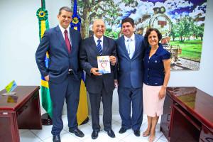 Governador-de-Rondonia-recebe-livro-A-unica-Esperanca