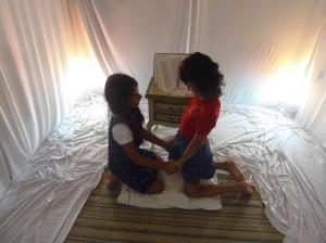 Crianças na tenda de oração.