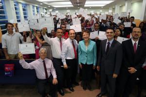Participantes exibem certificado recebido ao final do encontro