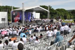 Líderes de jovens participando da parte religiosa do evento
