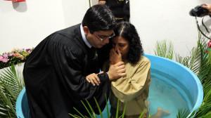 Gleiciane Vasconcelos é batizada pelo líder de jovens Pr Filipi Ribeiro. (Foto: Artur Buitrago)