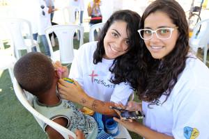 Crianças carentes recebem carinho e pinturas faciais. (Foto: Artur Buitrago)