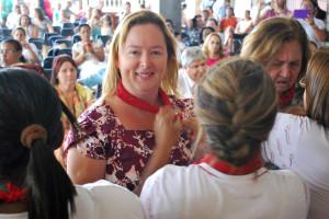 Mullheres recebem o lenço vermelho como simbolo da missão. (Foto: Artur Buitrago)