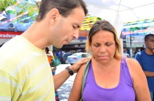 """Em Rio Bonito pedestres recebem orações e """"abraços grátis"""". (Foto: Paulo Araújo)"""