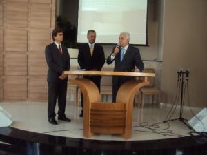 O pastores Halama (esquerda) e Aurelino (centro) acompanhando a fala do prefeito de Boituva