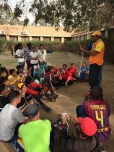 Momento em que Marcos Lima ensina nós aos desbravadores: iniciativa pioneira